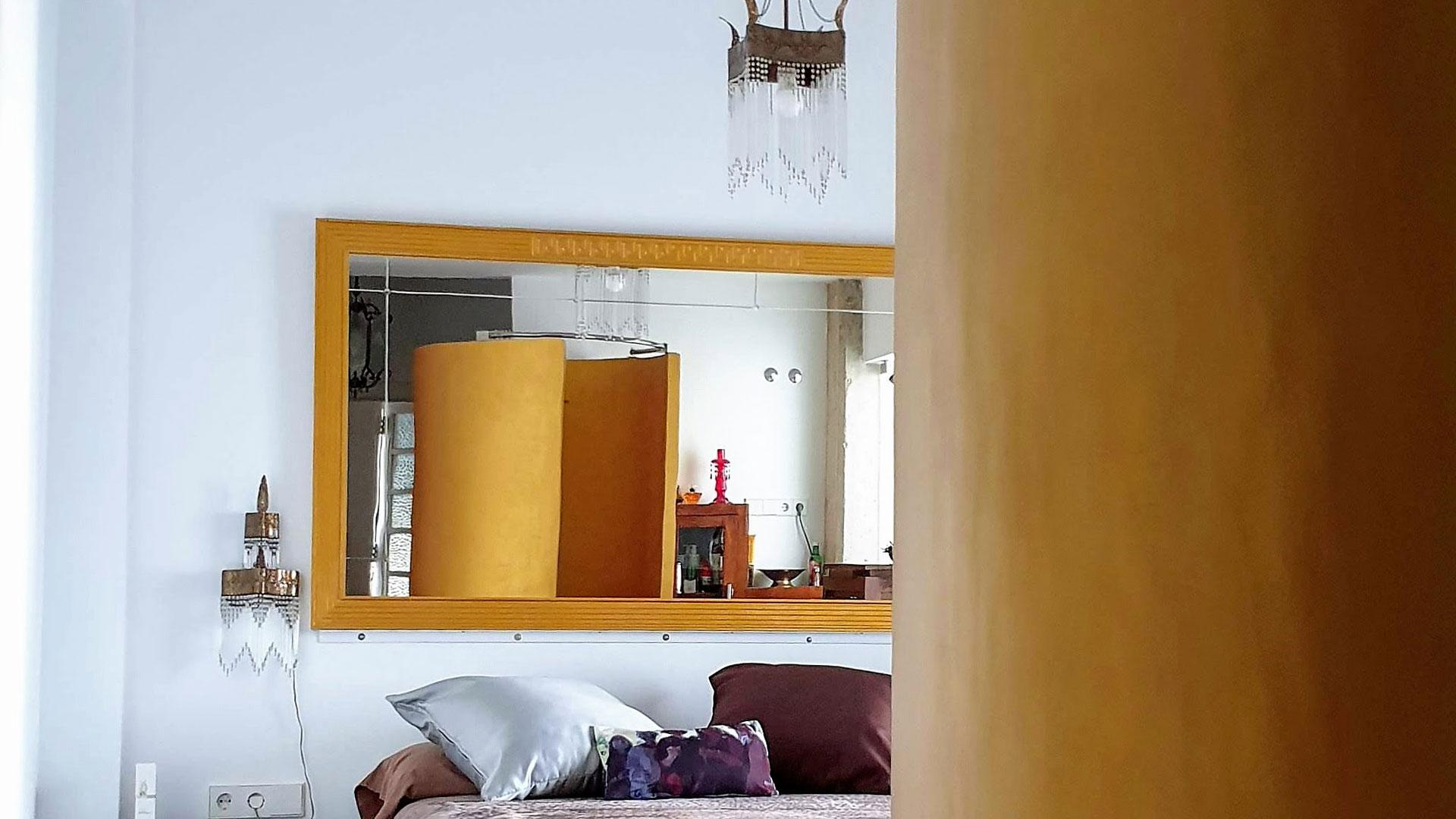 Ducha reflejada en el espejo del salón